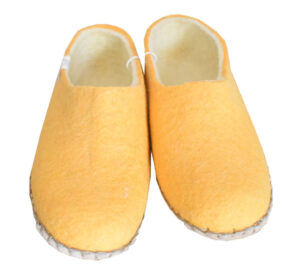 chaussons en laine jaune